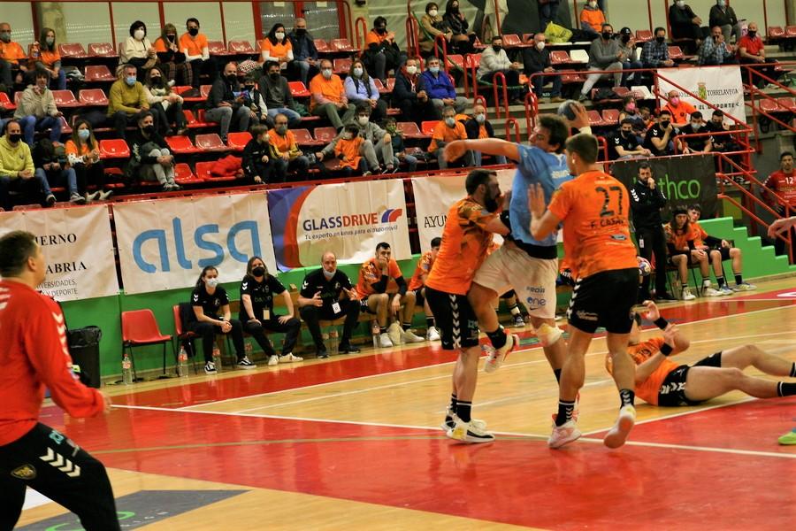 Daniel Barnárdez en un lanzamiento ante la oposición de la defensa Batcho Balonmano Torrelavega